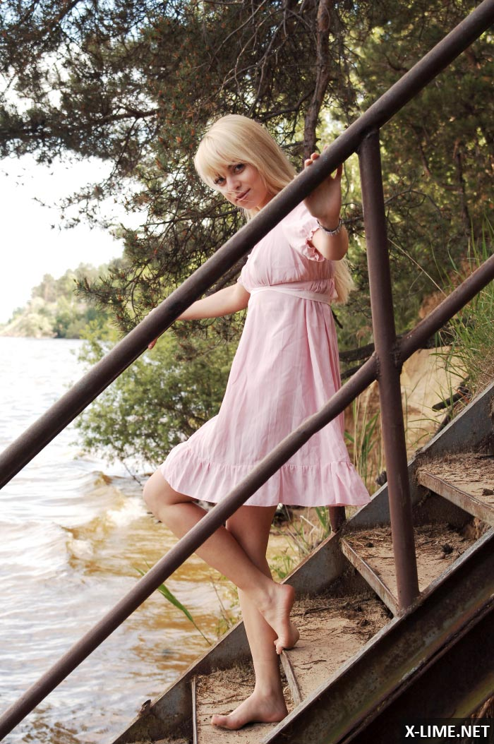 Голая блондинка на причале, эротическая фотосессия