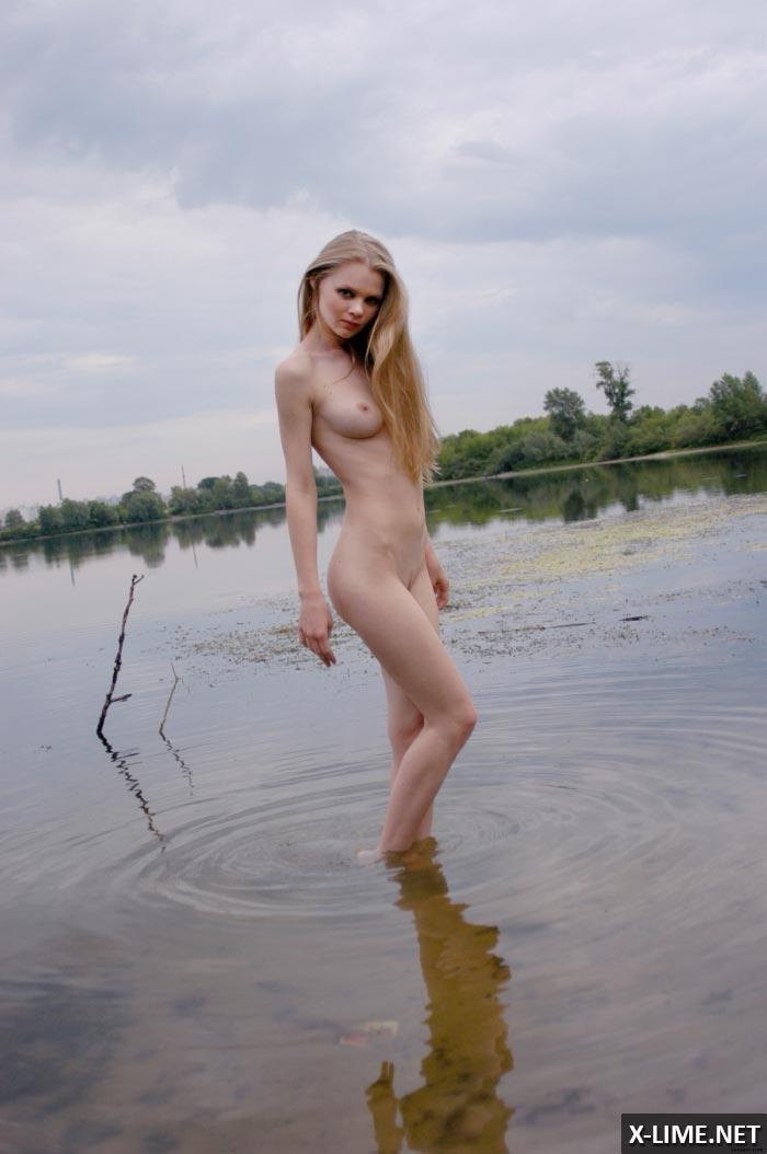 Голая красавица на речном пляже, эротическая фотосессия