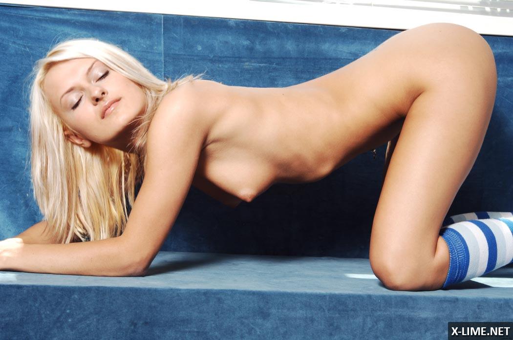 Шикарная блондинка возле окна, эротическая фотосессия