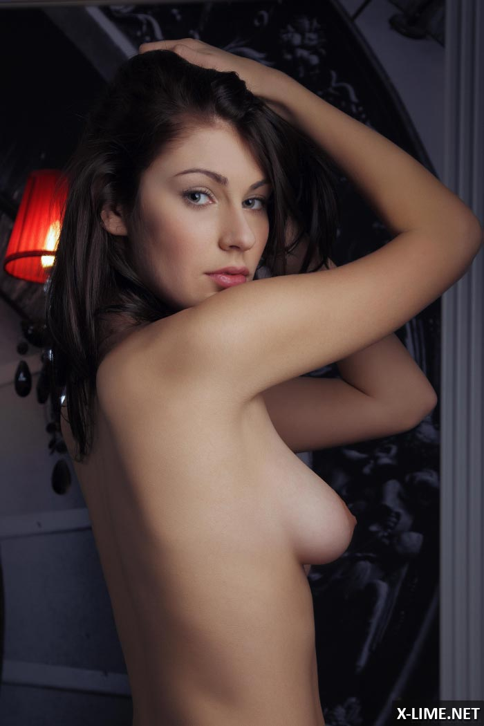 Голая симпатичная шатенка в эротической фотосессии