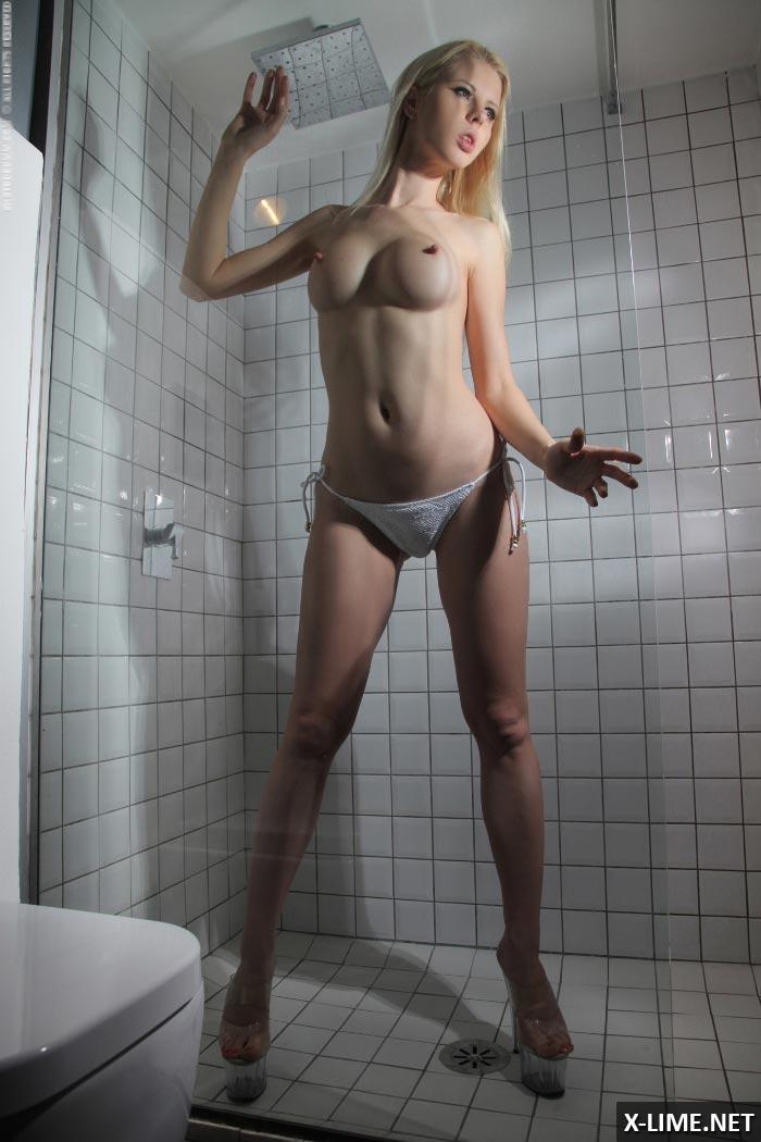 Сисястая блондинка позирует в душе