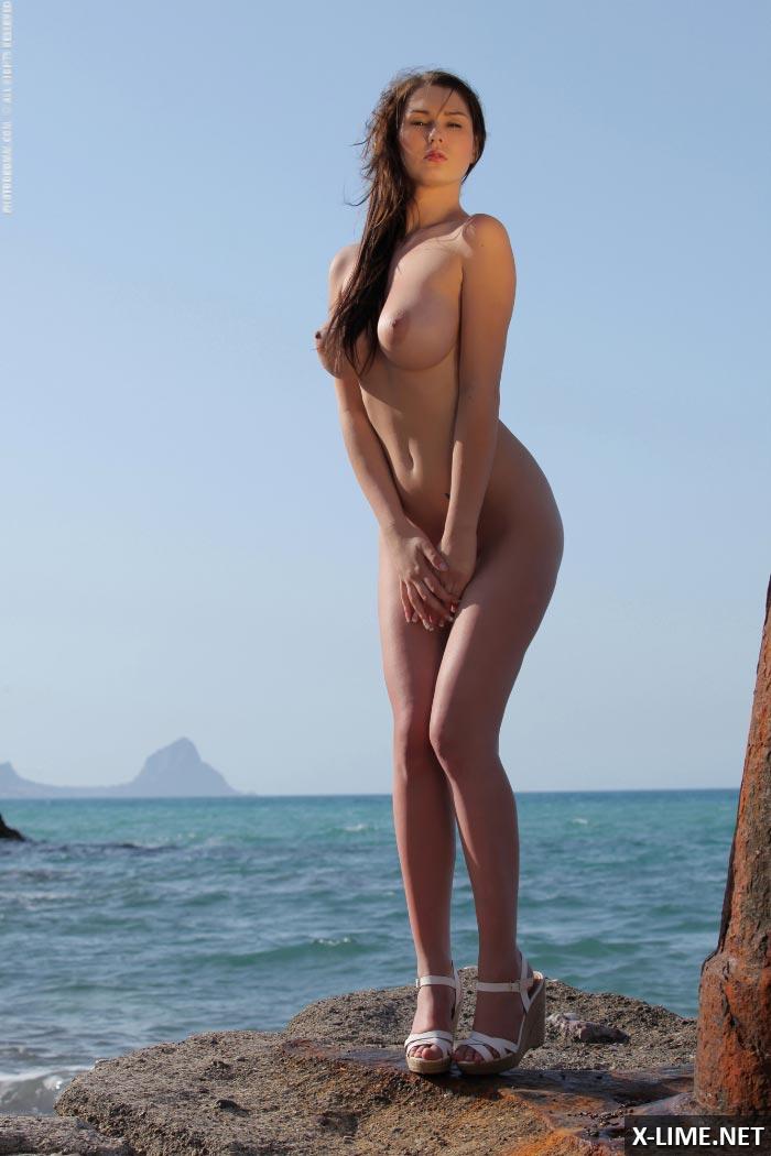 Девушка с пышными формами на море
