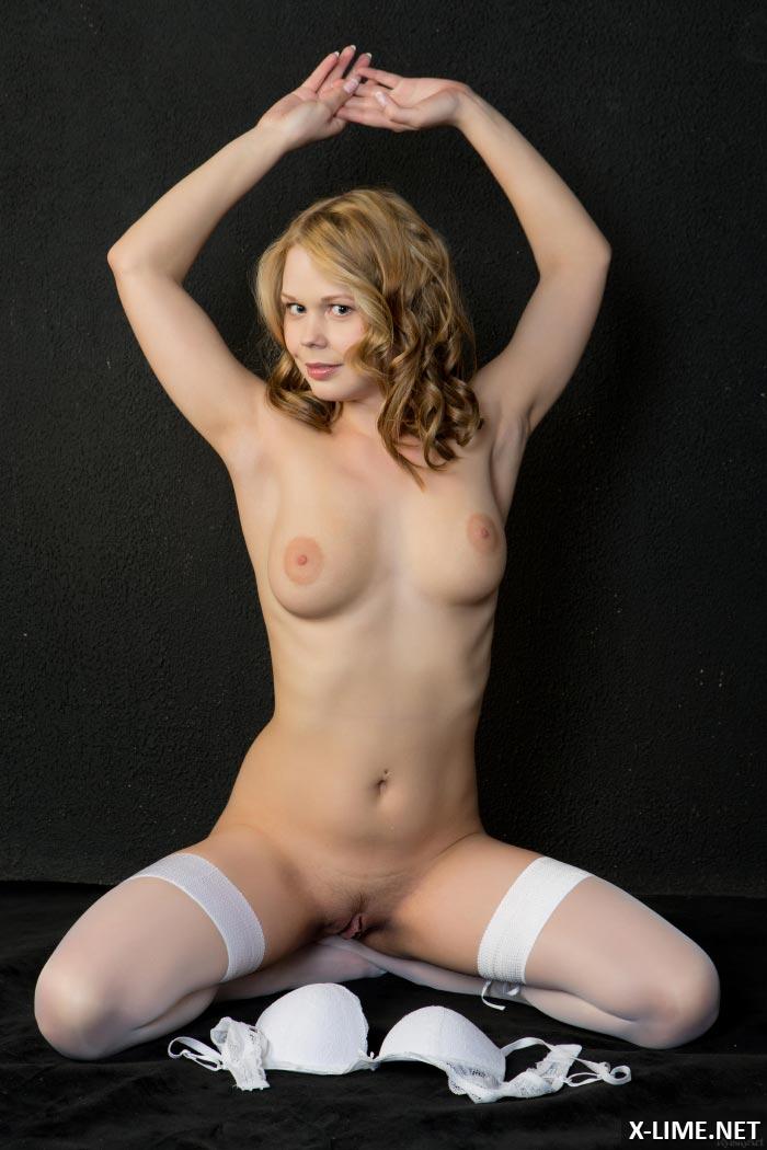 Милая блондинка полностью обнажилась