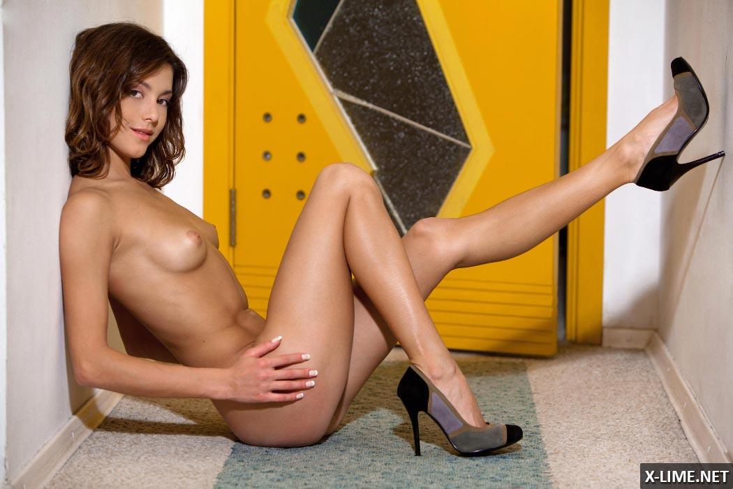 Голая молоденькая девушка в коридоре