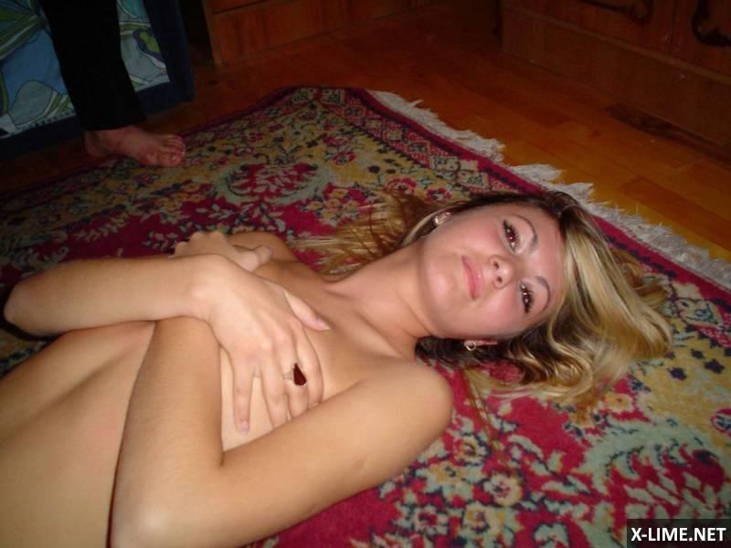 Домашняя эротика худенькой блондинки (18 ФОТО)